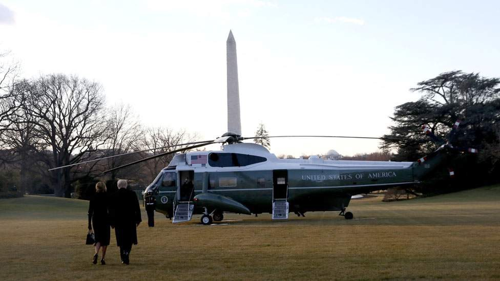 Donald y Melania Trump al momento de abandonar la Casa Blanca.