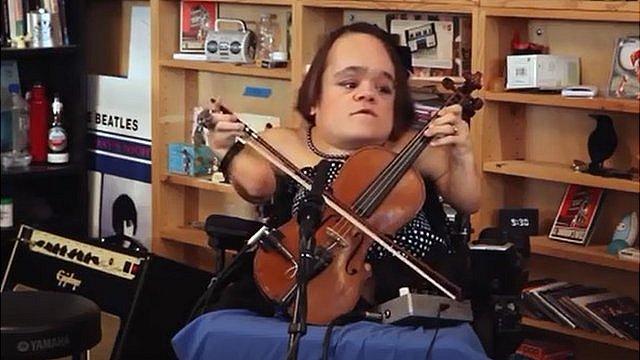 Gaelynn Lea performing