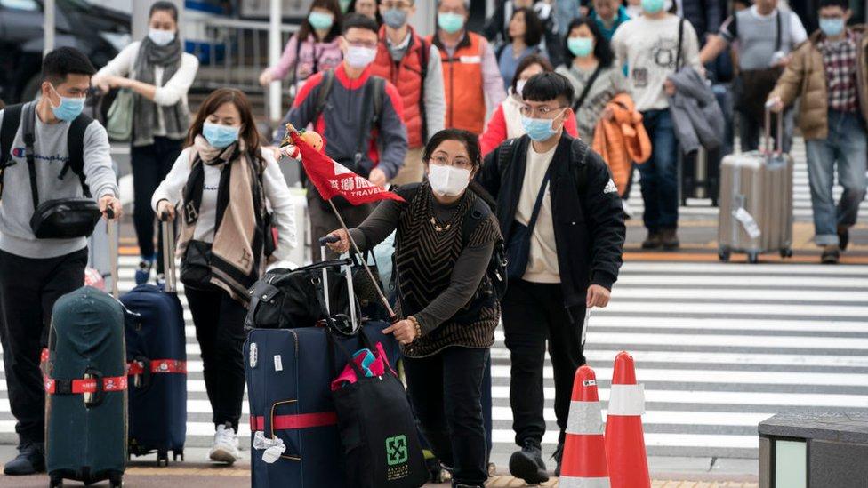 在機場戴著口罩的中國旅客