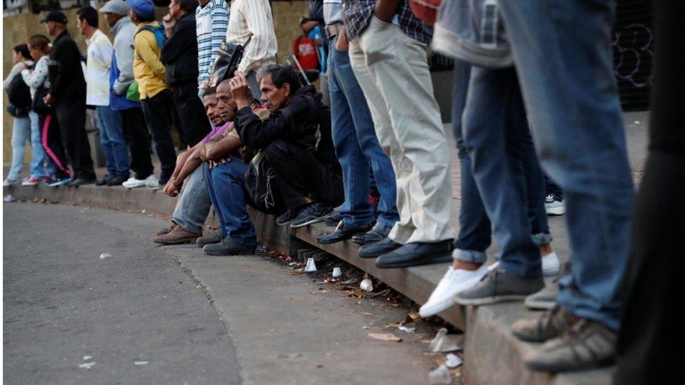 Gente esperando para abordar un bus.