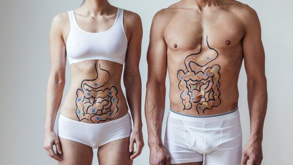 Una mujer y un hombre con los intestinos dibujados sobre sus abdómenes