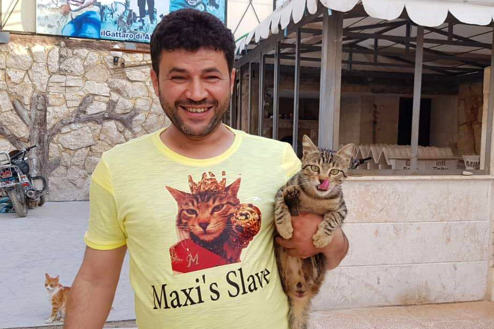 """Alaa nosi majicu sa natpisom """"Maksijev rob"""","""