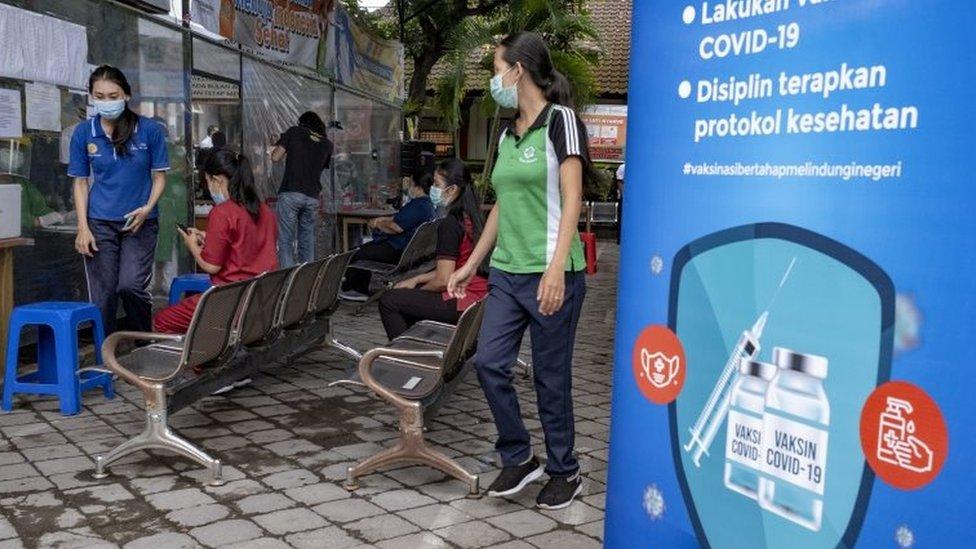 Un puesto de vacunación en Indonesia