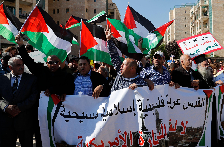 Palestinos protestan frente a la nueva embajada de EE.UU. en Jerusalén