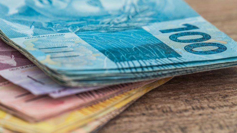 Billetes de reales.