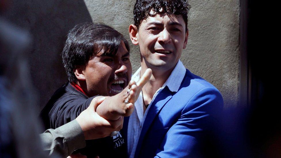 Un hombre reacciona en medio del ataque ocurrido este domingo en Kabul.