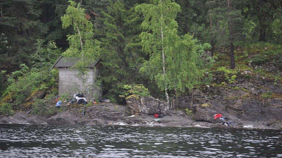 Víctimas de Utøya yaciendo sobre la isla.