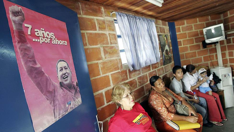 Pacientes esperan para ver a médicos cubanos en una clínica en Caracas