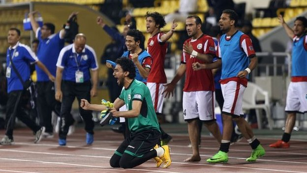 Los jugadores yemeníes celebran su victoria sobre Tayikistán.