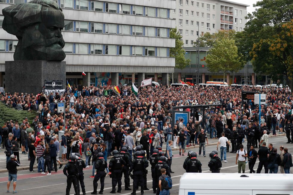 Demonstranti su se okupili kod Marksovog spomenika u ponedeljak , 27. avgust 18