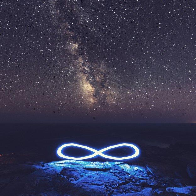 Símbolo de infinito caído del cielo