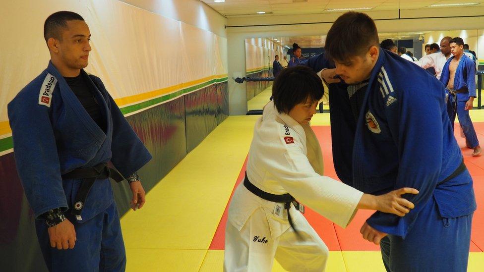 Durante sus entrenamientos no importa la diferencia de tamaño con sus dirigidos.