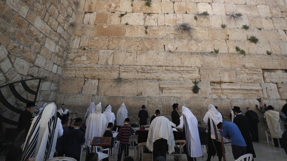 Fieles rezan frente al Muro de los Lamentos