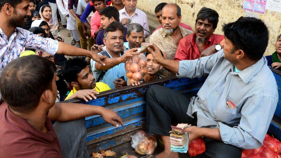 Un agricultor vendiendo cebollas desde su camión