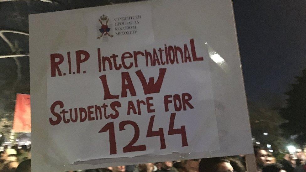 """""""Pokoj duši međunarodnom pravu - studenti su za 1244"""", slogan sa protesta u Beogradu, februar 2019."""