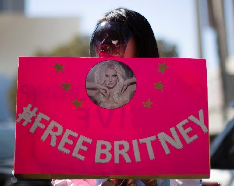 """Una manifestante en defensa de Britney Spears sostiene un cartel que dice """"Free Britney""""."""