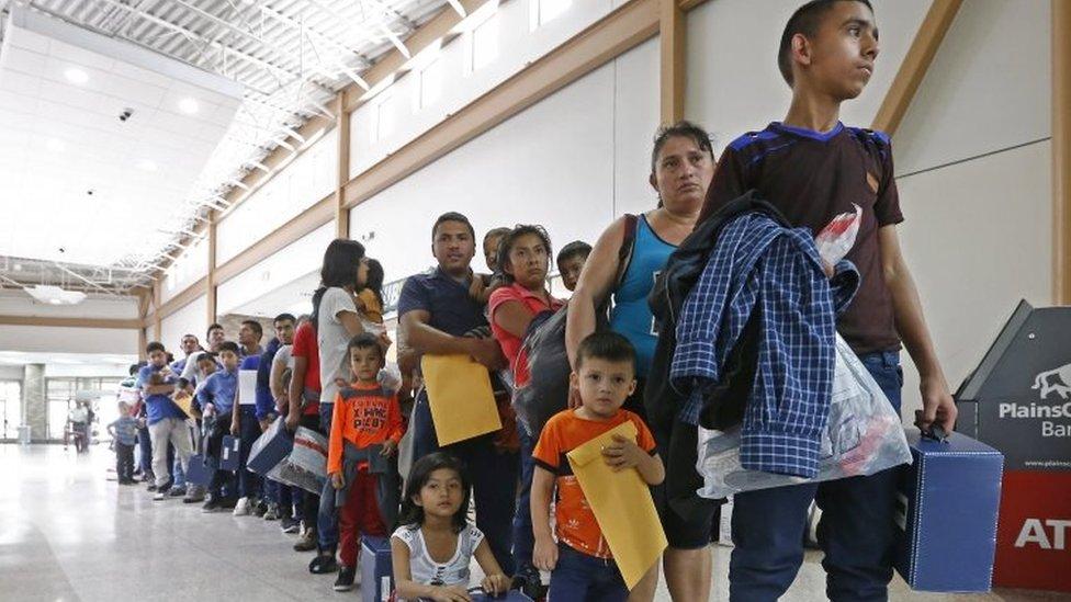 Migrantes hacen fila.