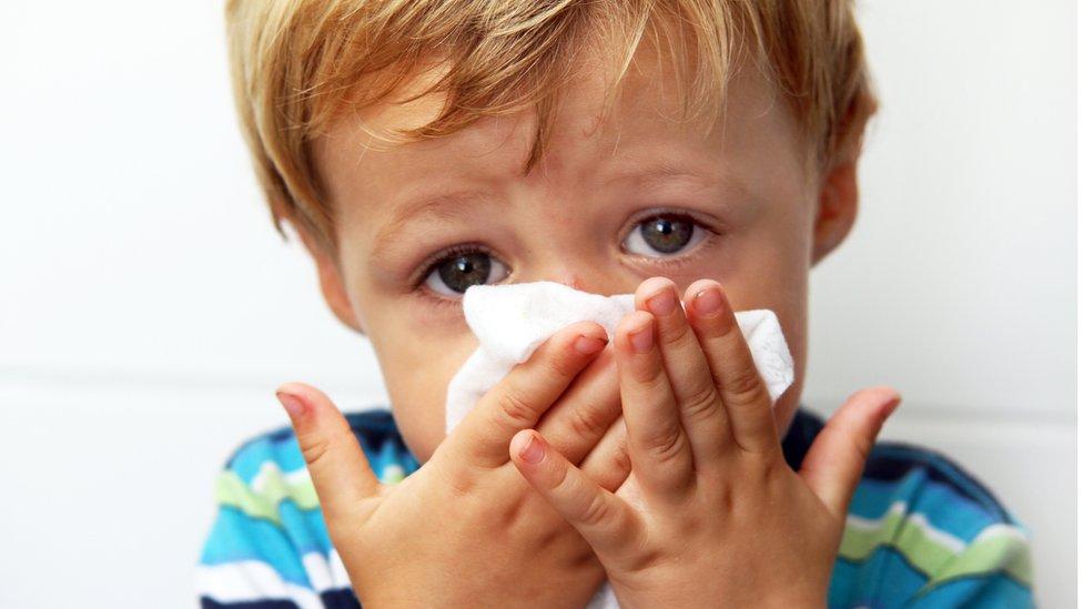 dečak duva nos