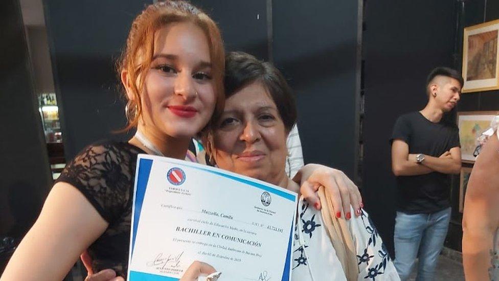 Olga Díaz con su nieta Camila.