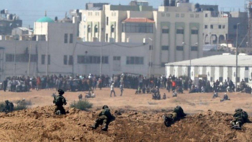 المتظاهرون الفلسطينيون يتجمعون في غزة على طول السياج الحدودي مع إسرائيل في احتجاجات لنقل الولايات المتحدة سفارتها إلى القدس في 14 مايو/أيار 2018