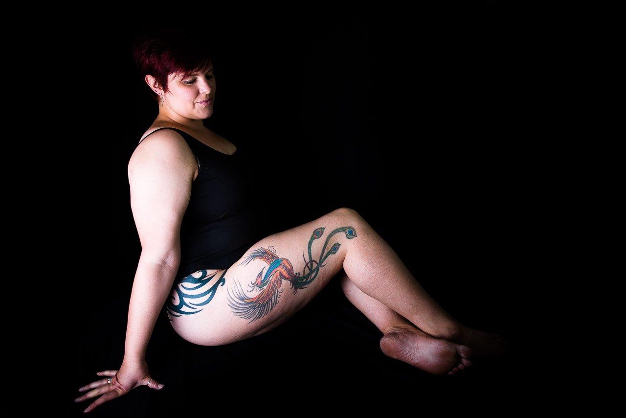 Mujer con tatuaje en la pierna