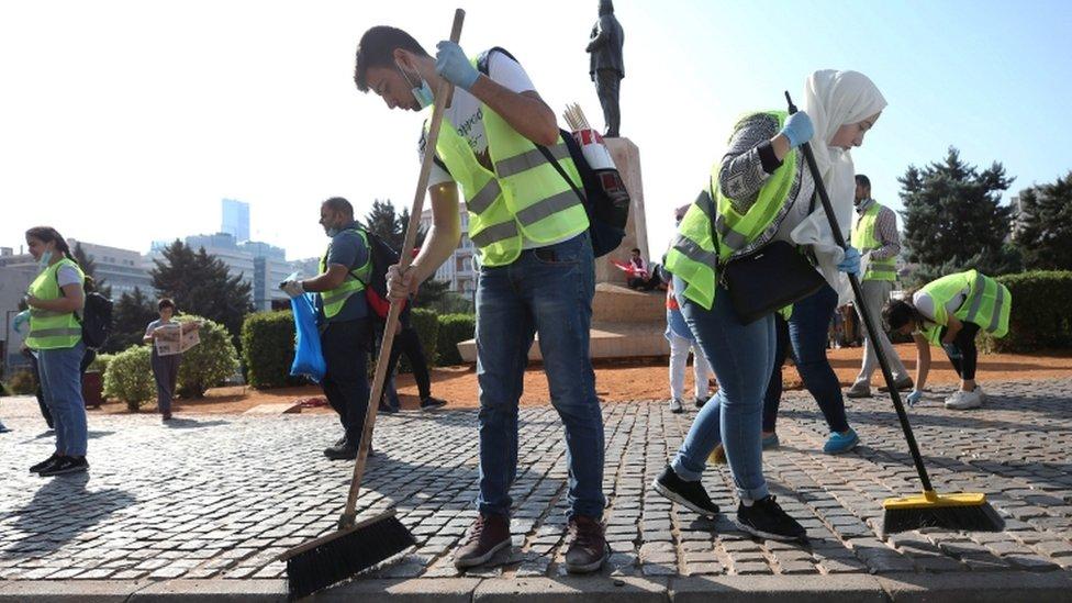 شباب ينظفون شارعا في بيروت