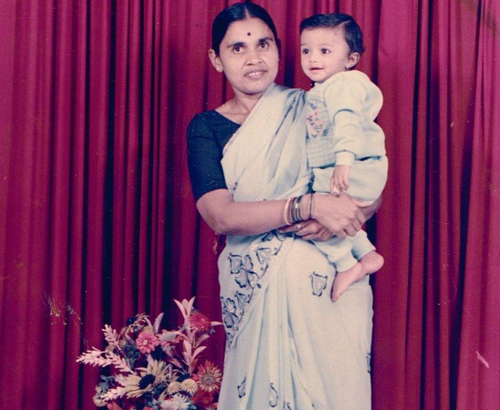 Foto de Kiran con su madre biológica.