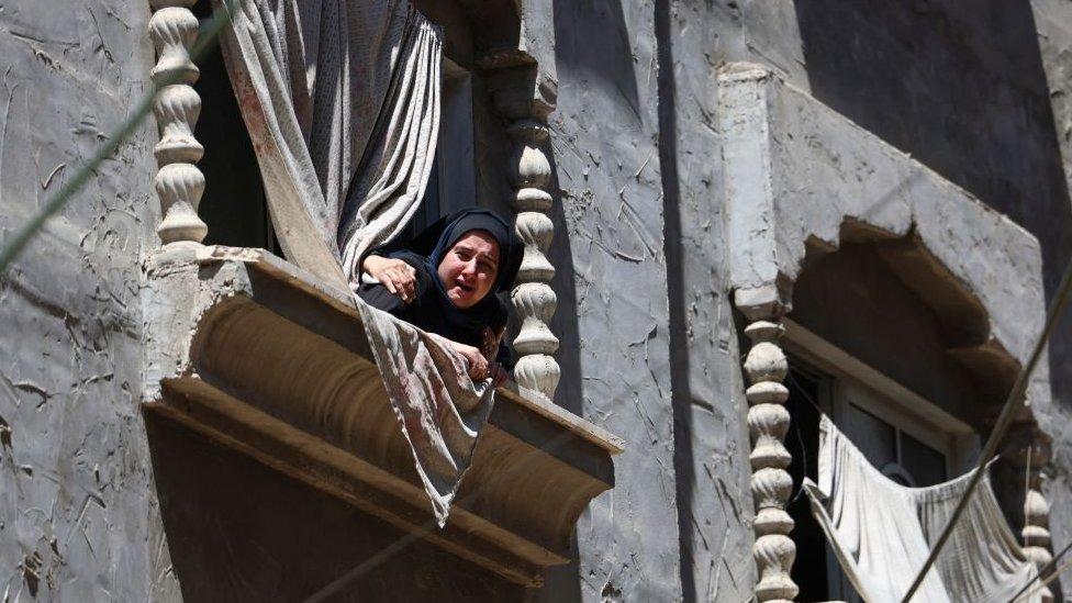 Una mujer palestina observa un funeral en Gaza.
