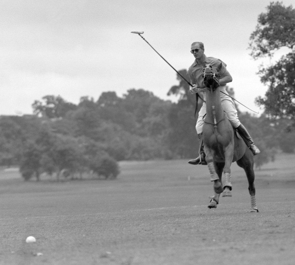 Prens bu fotoğrafta, Cowdray Park'ta düzenlenen Roehampton Kupası'nda polo oynarken görülüyor. Prens, Birleşik Krallık'ta önde gelen polo oyuncularından biriydi.