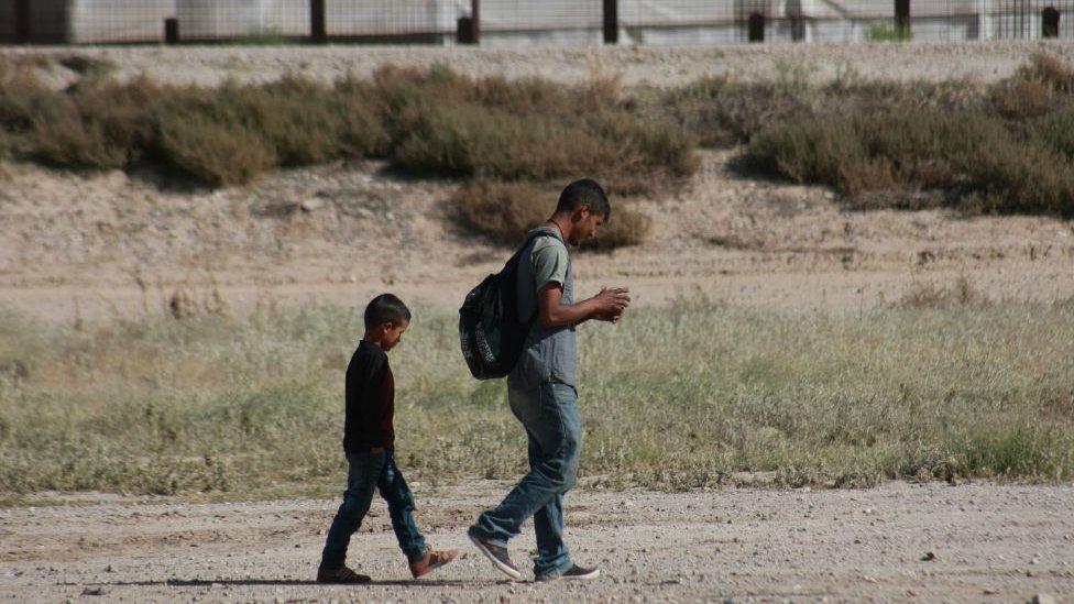 Padre e hijo migrantes cerca de la frontera con Estados Unidos.