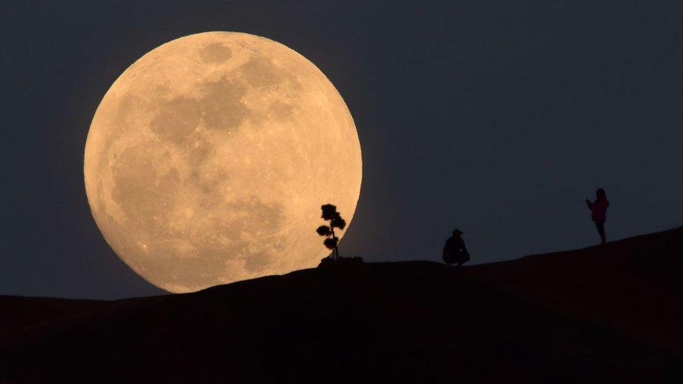 Luna con paisaje.