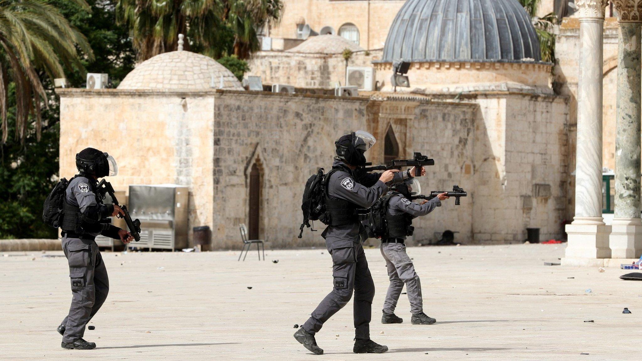 Polisi Israel di seputar masjid al-Aqsa Senin (10/05).