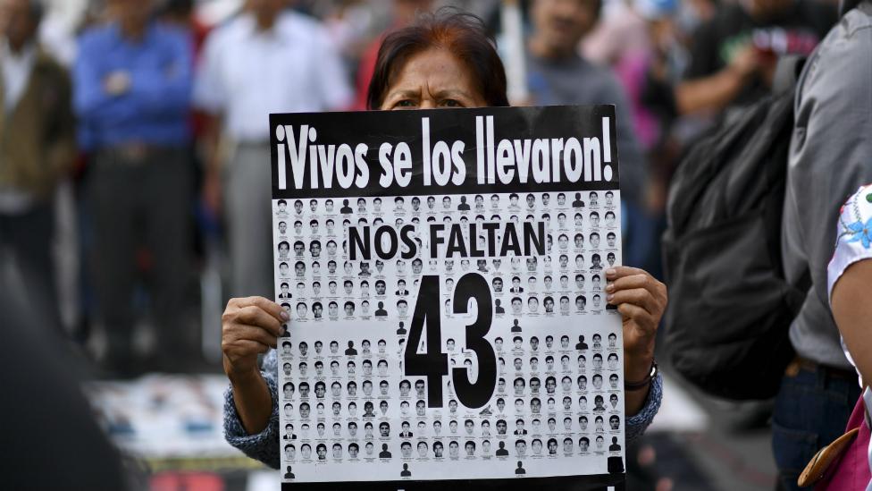 Mujer protesta en las calles de México por desaparecidos.
