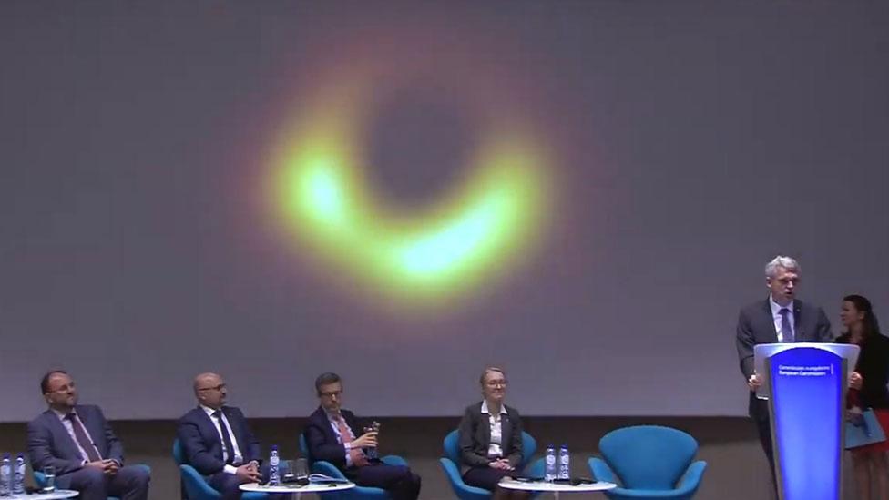 Conferencia de prensa en la que se presentó la foto del agujero negro en la galaxia M87