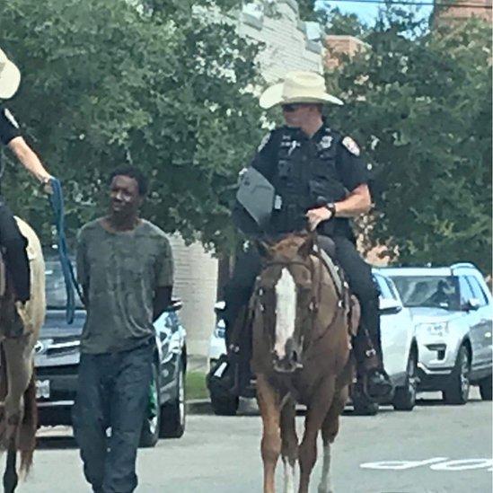 Sporna fotografija policajaca i uhapšenog Afroamerikanca
