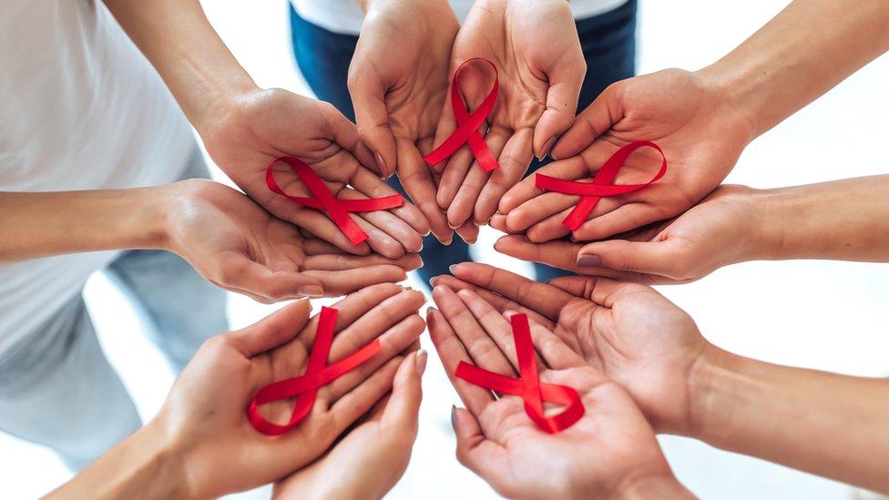 Tie aids hands