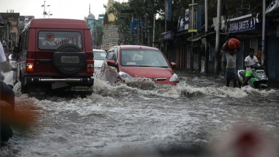 Una calle convertida en río en Calcuta.