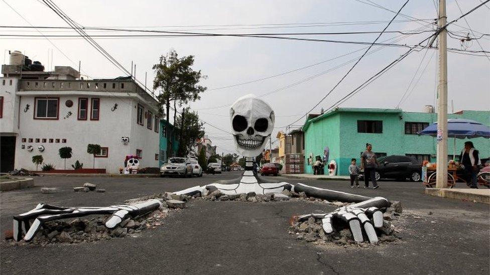 هيكل عظمي عملاق في شوارع مكسيكو سيتي
