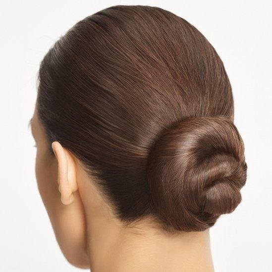 Mujer con el cabello recogido