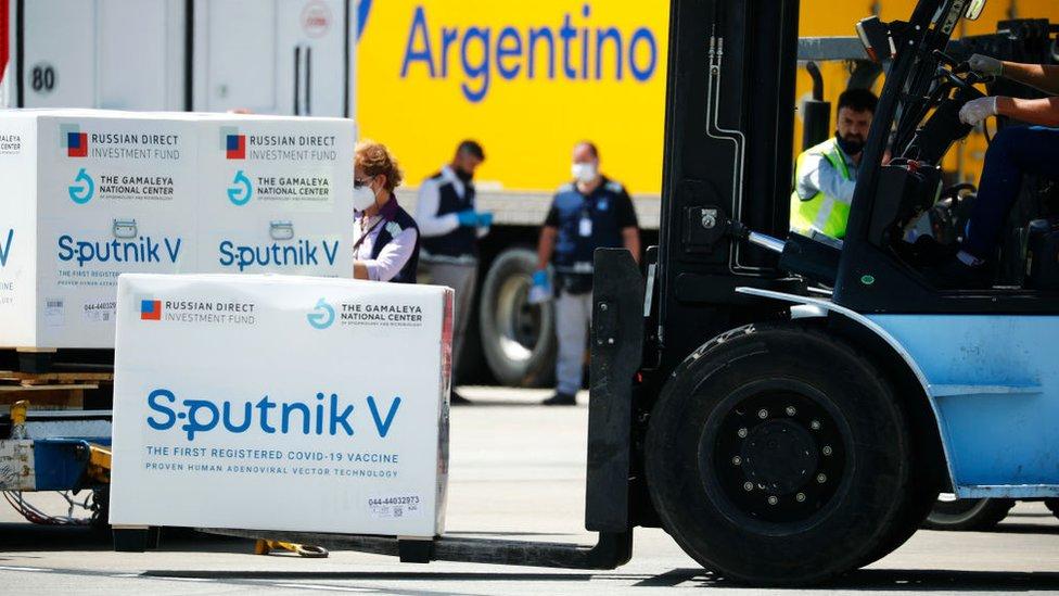 """Vыgruzka """"Sputnika V"""" v argentinskom aэroportu"""