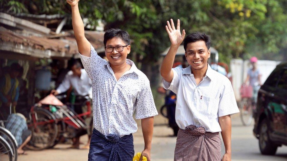 Wartawan Reuters Wa Lone dan Kyaw Soe Oo dibebaskan bersama ribuan tahanan lain.