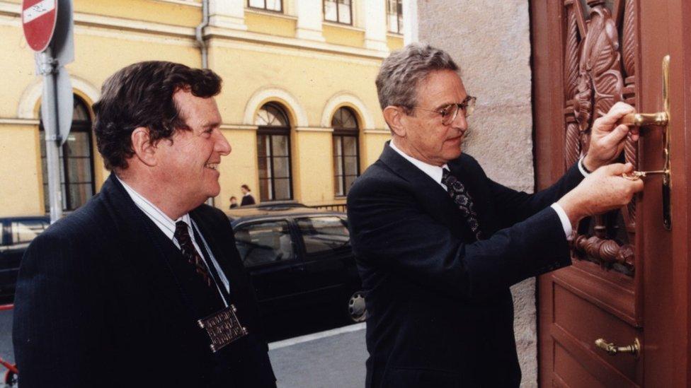 Džordž Soros (desno) na otvaranju CEU u januaru 1995. godine sa prvim predsednik univerzizeta Alfredom Stepanom.