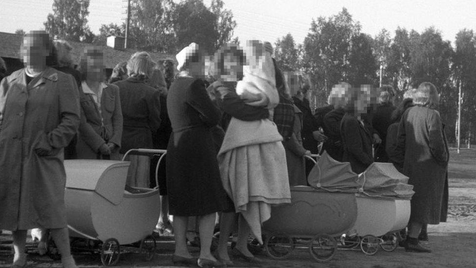 Mujeres noruegas y sus hijos en camino a Alemania desde Elverum, Noruega, en abril de 1945.