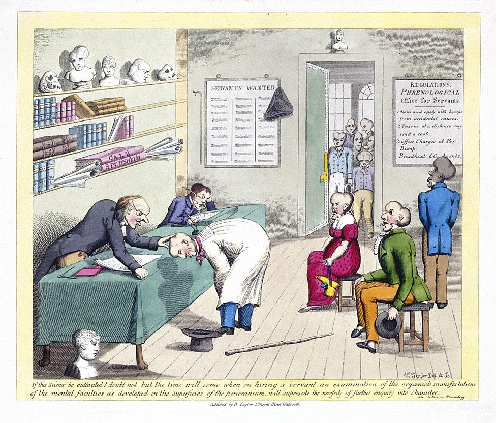médico que examina la cabeza de un paciente, mientras que otros esperan la inspección