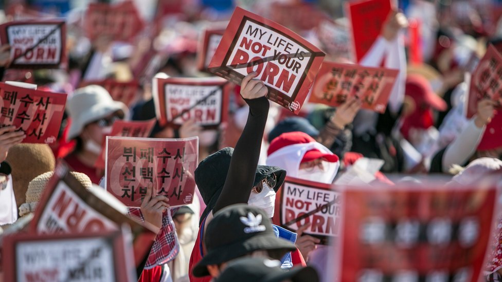 """South Korean women protest against sexism and hidden camera pornography, holding signs reading """"my life is not your porn"""", 4 August 2018"""