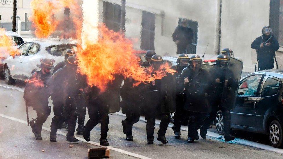 الشرطة الفرنسية تواجه المظاهرات