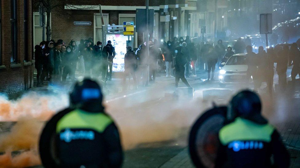 Disturbios en los Países Bajos contra el toque de queda