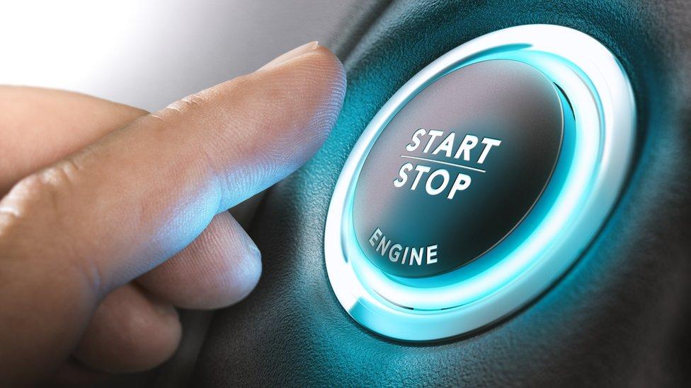 Botón de encendido de un auto.