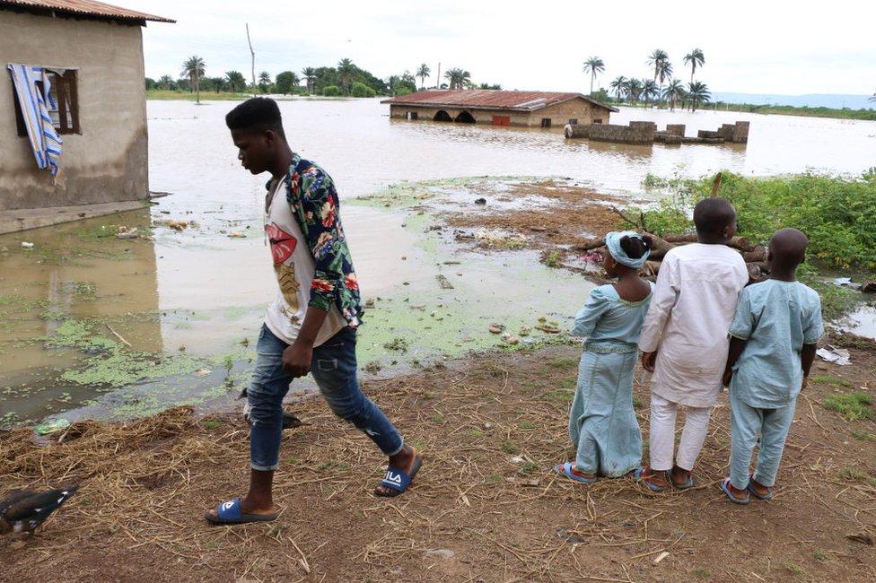 Stanovnici gledaju štetu nakon teških kiša u mestu Lokoja, državi Kogi u Nigeriji, septembar 2018.