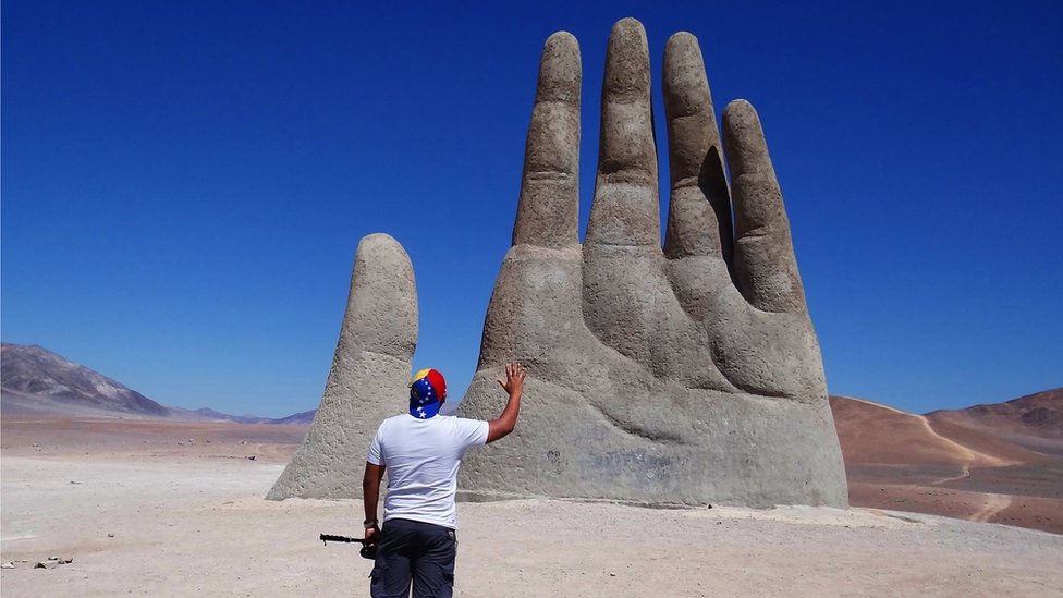 Mano en el desierto de Atacama.
